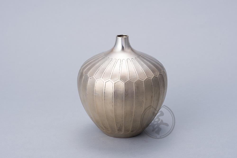 【作者】田中正幸 【材質】純銀 【寸法】径16㎝高18㎝