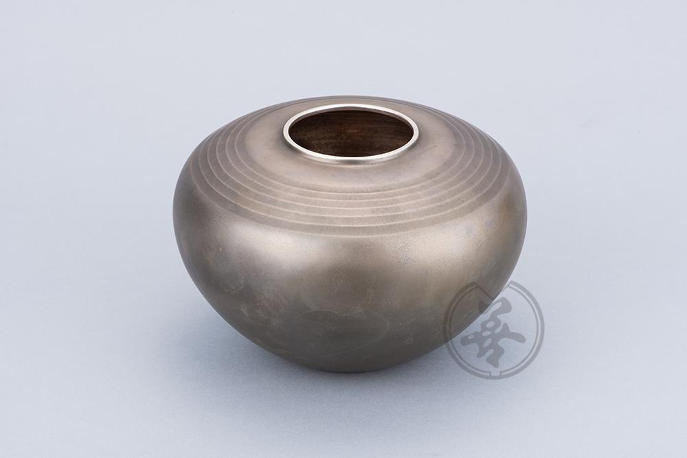 【作者】田中光輝 【材質】純銀 【寸法】径14㎝高21㎝